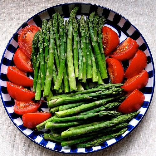 Aspáragos é tomate alimentos diuréticos