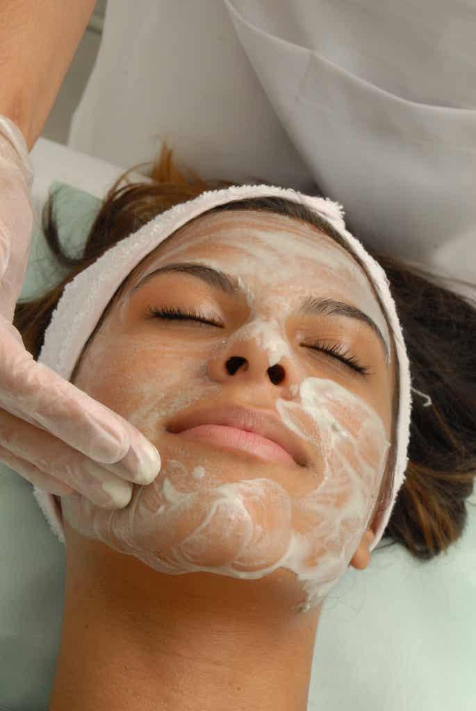 Como esfoliar o rosto com produtos naturais