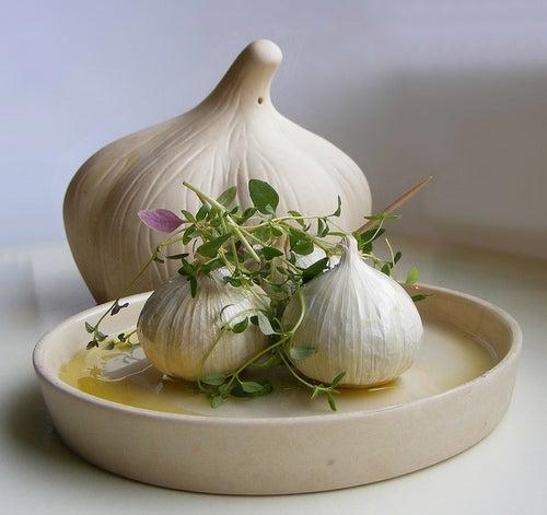 Comer alho em jejum faz bem para a saúde.
