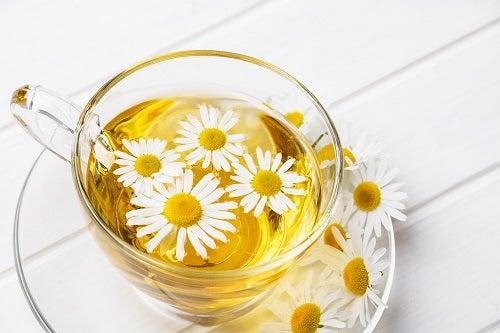 chá de camomila benéfico para saúde