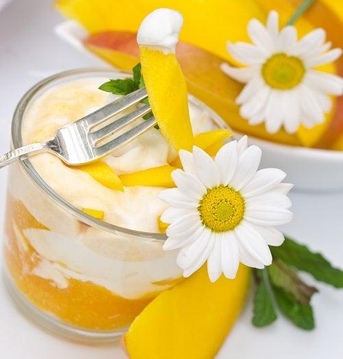 Sommerleichtes Dessert: Mangojoghurt, Mangos und Margeriten