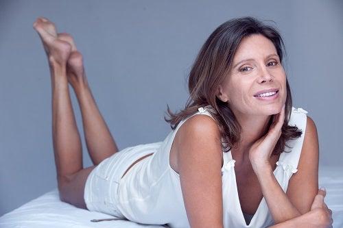 femme brune 40 ans détente