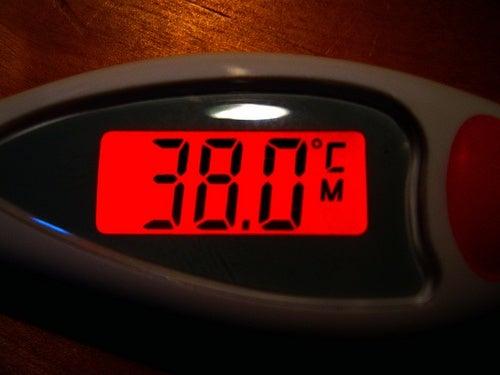 Termômetro demonstrando febre alta, por isso é importante saber baixar a febre