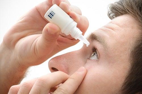 Em casos oculares a medicação pode ser ministrada através de colírios.