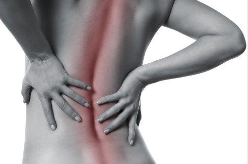 Frau mit Schmerzen in der Wirbelsäule