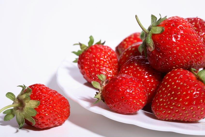 O morango possui um suave efeito laxante, ideal para quem sofre de prisão de ventre.