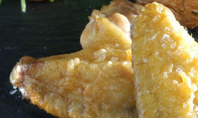 Asas de frango com salada de champignon e rúcula uma excelente receita para prisão de ventre