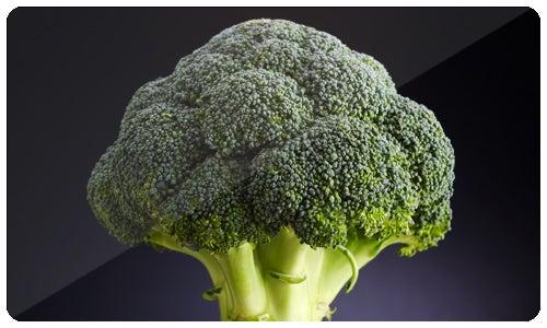 O brócolis é rico em vitamina C e fibras alimentares e também contém vários nutrientes com propriedades anticancerígenas potentes.