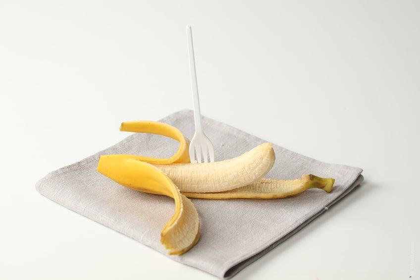 A banana, por sua riqueza em potássio, ajuda a equilibrar a água do corpo ao contrabalancear com o sódio.