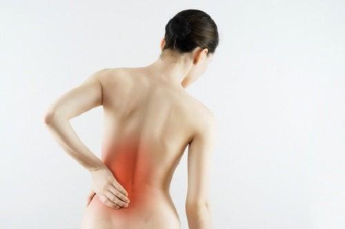 mulher com dor na região lombar devido a hérnia de disco