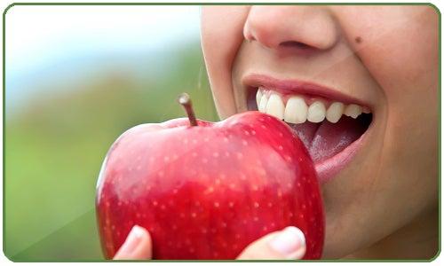 A maçã é hipotensor, o que a torna uma aliado para reduzir a pressão arterial em casos de hipertensão.