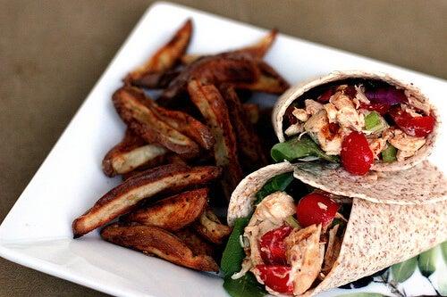 O wrap de frango com ricota é uma das receitas com frango que ensinamos neste artigo