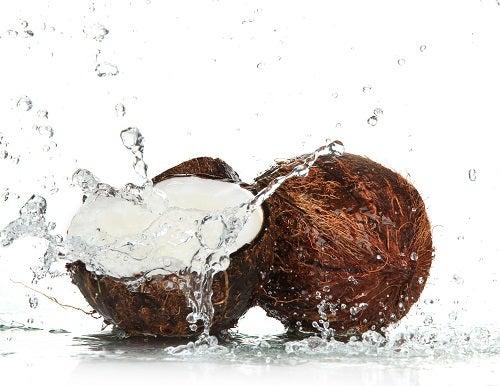 água de coco ajuda a combater gases intestinais