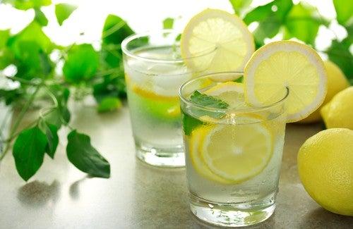 É bom beber água quente com limão pela manhã?