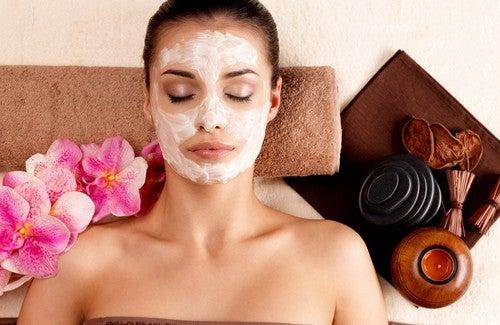 Limpeza facial caseira com produtos naturais
