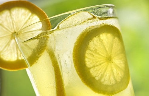 10 benefícios de beber água morna com limão todas as manhãs
