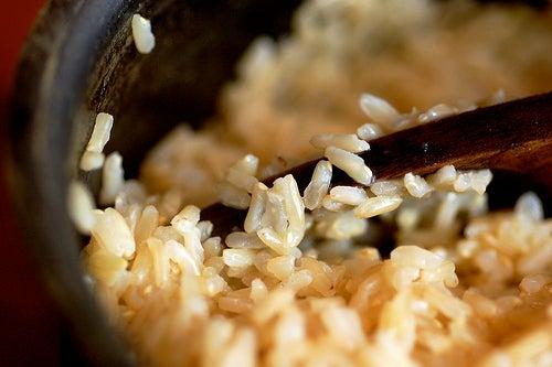 O arroz integral possui muito mais fibras do que o arroz tradicional.