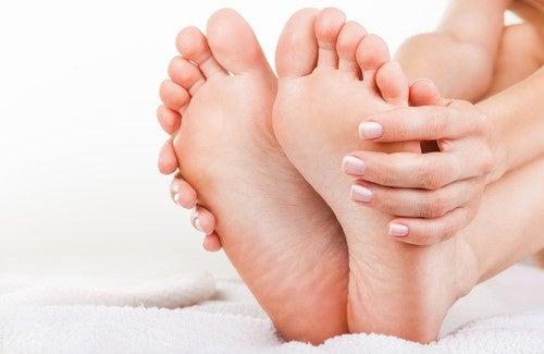 Como combater naturalmente o mau cheiro nos pés