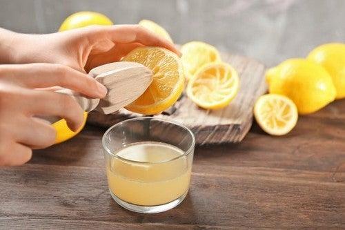 O suco de limão pode te ajudar a combater o suor excessivo