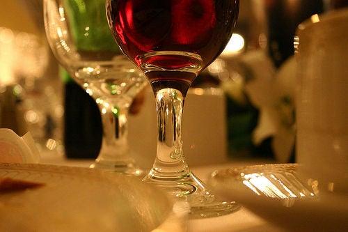 beber uma taça de vinho