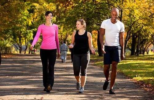 Mesmo exercícios simples como a caminhada, requerem um alongamento prévio.