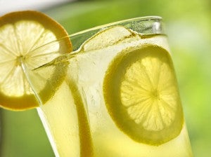 Os cítricos, como o suco de limão, podem ajudar a queimar gordura