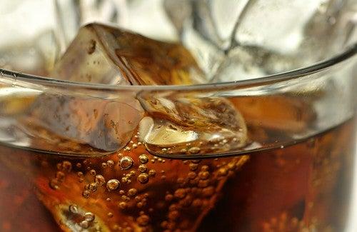 5 bebidas que devemos evitar e suas alternativas saudáveis