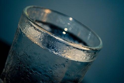 Água fria para bolsas ao redor dos olhos