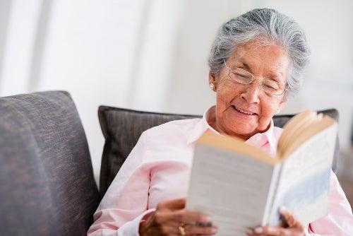 idosa lendo