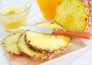 Suco saudável de abacaxi e limão
