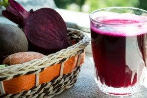 Suco saudável de beterraba e frutas vermelhas