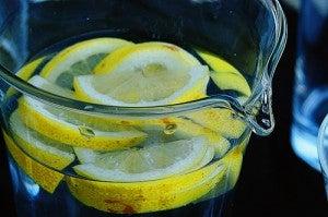 água com limão para tratar tendinite