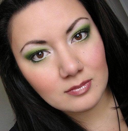 Não devemos encher o rosto de maquiagem depois de uma noite de insônia