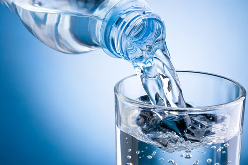 Beber bastante água para desintoxicar o corpo