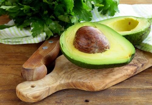 Como aliviar a dor nos joelhos com abacate