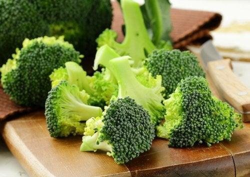 Brócolis cortados para fazer receitas