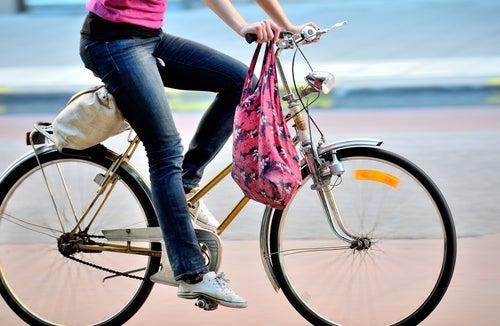 Mulher andando de bicicleta para perder medidas no abdômen