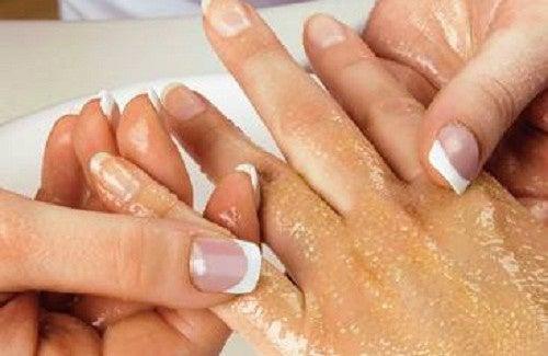 Esfoliar mãos e braços de maneira simples