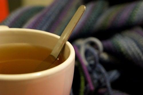 Copo de chá simbolizando como é importante beber água e se hidratar