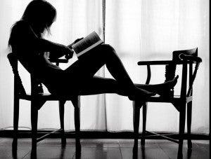 mujer-leyendo-en-silla