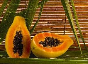 Mamão papaya para os calcanhares rachados