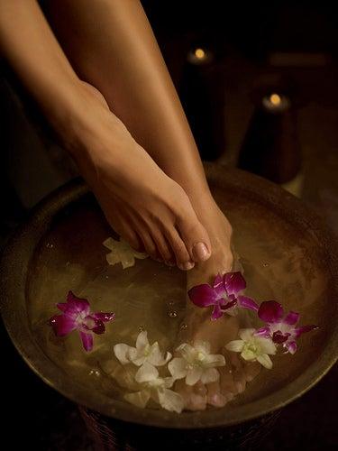 Realizar banhos nos pés podem ativar a circulação