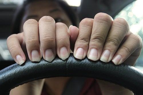 Como tratar a descamação das unhas