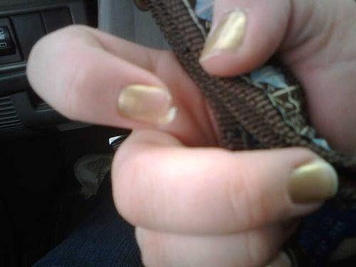 O uso de esmaltes pode causar a descamação das unhas