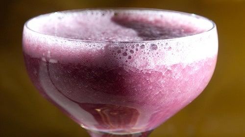Suco de uva vermelha com mel para combater a queda de cabelo