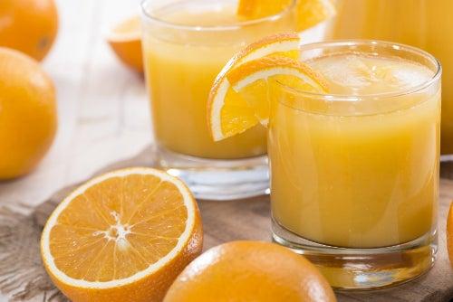 Suco de laranja possui muita vitamina c e cálcio o que faz muito bem a pele