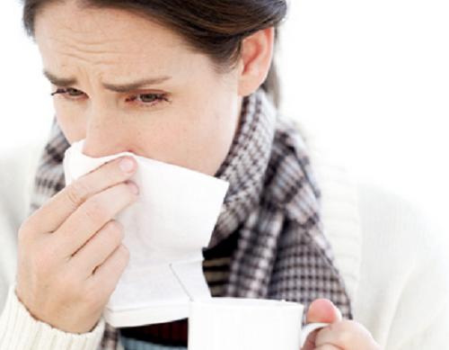 Mulher resfriada por conta de um baixo sistema imunológico