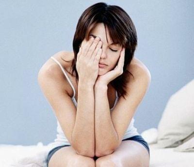 Mulher cansada devido a um fraco sistema imunológico