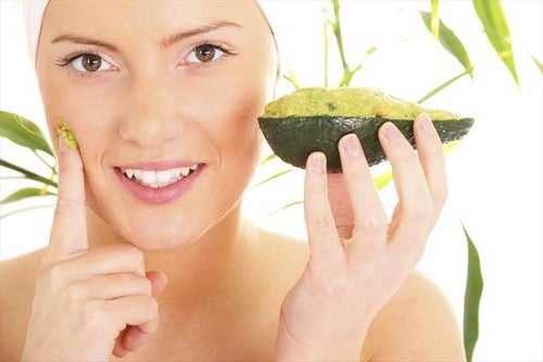 Máscara de abacate para cuidar do cabelo tingido