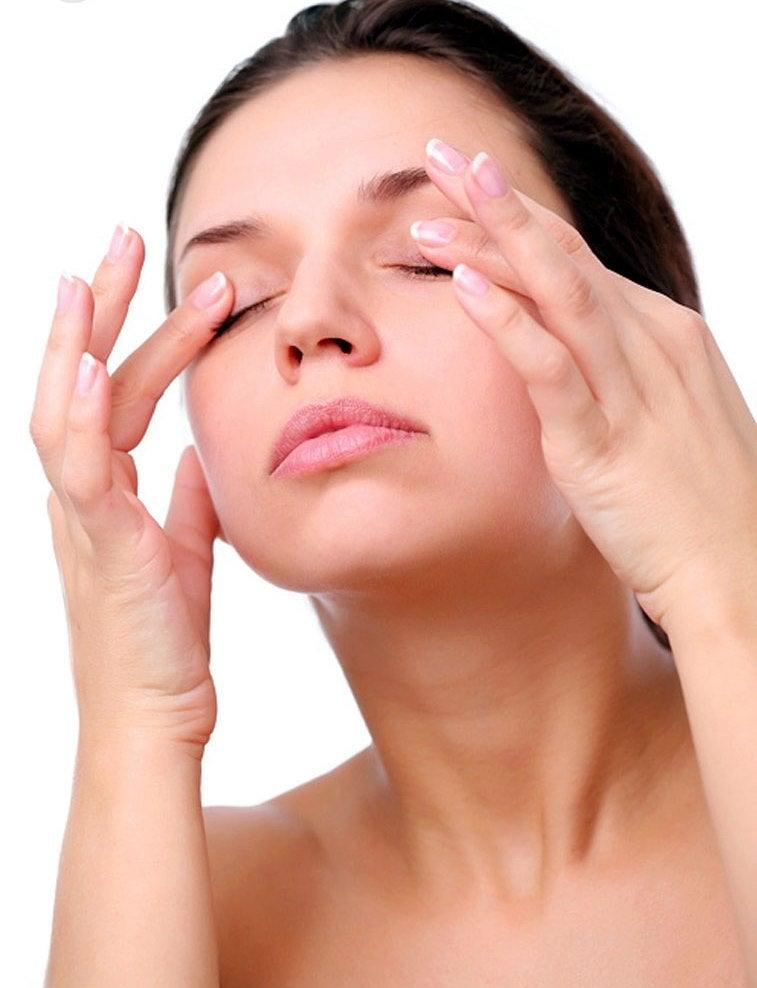 Use um creme para o contorno dos olhos para rejuvenescer a pele dessa região